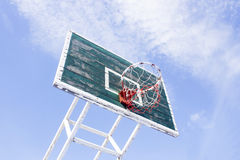 Basketballkorb mit blauem Himmel Lizenzfreie Stockfotos