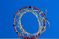 Basketballkorbrecht nachdem dem Schießen stockbild