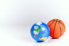 Basketballkugel und die Kugel lizenzfreies stockbild