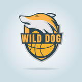 Basketballlogoschablone mit wildem Hund Lizenzfreie Stockbilder