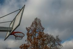 Basketballnetz und -rückenbrett mit schönem Himmelhintergrund stockfoto