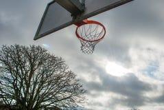 Basketballnetz und -rückenbrett mit schönem Himmelhintergrund stockfotos