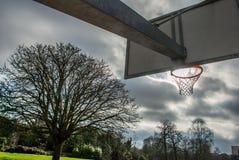 Basketballnetz und -rückenbrett mit schönem Himmelhintergrund lizenzfreies stockfoto