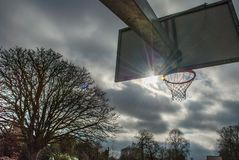 Basketballnetz und -rückenbrett mit schönem Himmelhintergrund lizenzfreie stockbilder