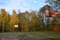 Basketballplatz in einem Stadtparkherbst Stockbilder