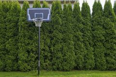 Basketballplatz im Dorf lizenzfreie stockbilder