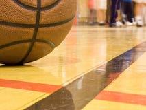 Basketballplatz u. junge aktive Fahrwerkbeine Stockfotos