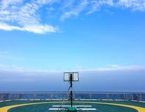 Basketballplatzrückenbrett auf Helideck im seismischen Schiffschiff in Andaman-Meer für Öl- und Gasübersicht mit blauem klarem Hi stockfoto