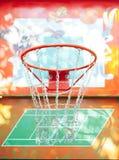 Basketballring auf der Straße stockfoto