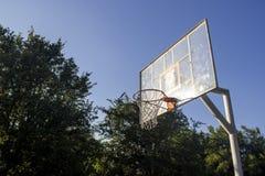 Basketballring und -brett mit weißem Netz in einem Park lizenzfreie stockfotografie