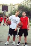Basketballspiel auf der Straße Basketball-Spieler-Haltung für die Kamera stockbild