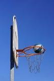 Basketballspielaktion draußen Lizenzfreie Stockbilder