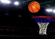 Basketballspiele unter Scheinwerfern Stockbild