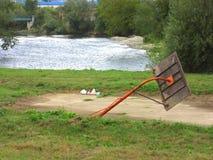 Basketballspielplatz auf der Bank des Flusses Vrbas mit defekter Säule, nach schrecklichen Fluten Stockfotos