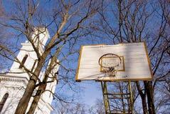 Basketballyard nahe Kirche. Stockbild