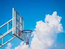 Basketbalrugplank op bewolkte blauwe hemelachtergrond Sport concep stock afbeelding