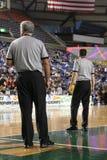 Basketbalscheidsrechters stock foto's