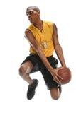 Basketbalspeler die Bal onderdompelen Royalty-vrije Stock Afbeeldingen