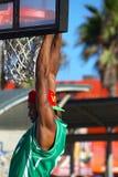 Basketbalspeler die de rand houden bij het Strand van Venetië, CA stock foto