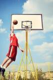 Basketbalspeler in hoog en actie die vliegt noteert stock afbeeldingen