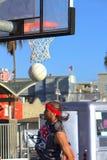 Basketbalspeler swoosh! Het Strand van Venetië, CA royalty-vrije stock afbeelding