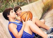 Basketbalspelers het rusten stock foto's