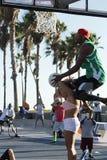 Basketbaltruc met meisje bij het Strand van Venetië, CA stock afbeelding