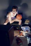 Basketbalventilator het Letten op Televisie stock afbeelding