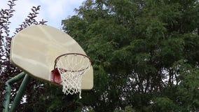 Basketbankskott på en utomhus- domstol 02 lager videofilmer