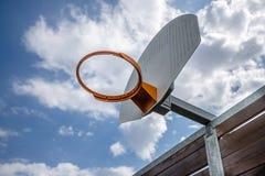Basketbeslag med en molnig himmel arkivfoto