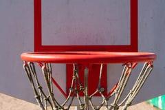 Basketbeslag med ett netto p? en vit sk?ld p? gatan N?rbild royaltyfri foto