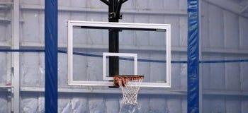 Basketbeslag på gemenskapsportmitten royaltyfri foto
