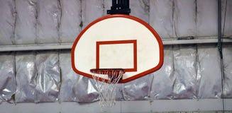 Basketbeslag på gemenskapsportmitten royaltyfri bild