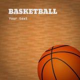 Basketboll med trädomstolbakgrund Arkivbild