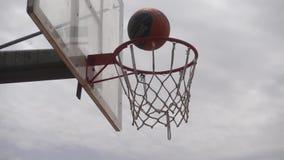 Basketboll som går till och med beslaget arkivfilmer
