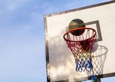 Basketcirkel Korg och boll Exakt bollkast i korg för hälsolivstid för basket fri tid för gata för sport royaltyfri bild