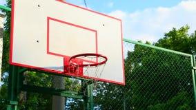 Basketcirkel Platsbasketcirkeln på gatanärbilden, det netto svänger i vinden Sport basket arkivfilmer