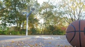 Basketdomstol i höst med den Lens signalljuset Kameran går från vänstersida Basket kommer in i bilden lager videofilmer