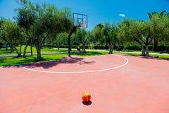 Basketdomstol på utomhus- i tropiskt område royaltyfria bilder