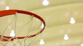 Basketföljd som gör poäng korgdomstolen lager videofilmer