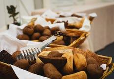 Basketful хлеба ciabatta на таблице шведского стола Стоковая Фотография RF