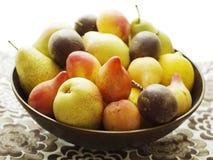 Basketful das frutas Fotografia de Stock Royalty Free