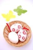 Basketful de los huevos de Pascua Foto de archivo
