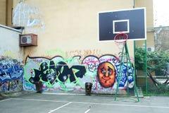 Basketgård som målas i grafitti arkivbild