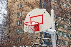 Basketkorg under häftiga snöstormen arkivfoton