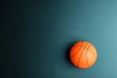 Basketleksak på svart bakgrund med kopieringsutrymme Conc Royaltyfri Bild