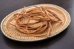 basketry Immagine dei ramoscelli del salice sul vassoio di vimini immagini stock