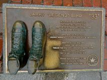 Basketskor brons att hedra Larry Bird royaltyfria bilder