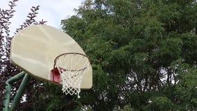 Basketskott på en utomhus- domstol 02 arkivfilmer