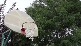 Basketskott på ett utomhus- beslag 01 lager videofilmer